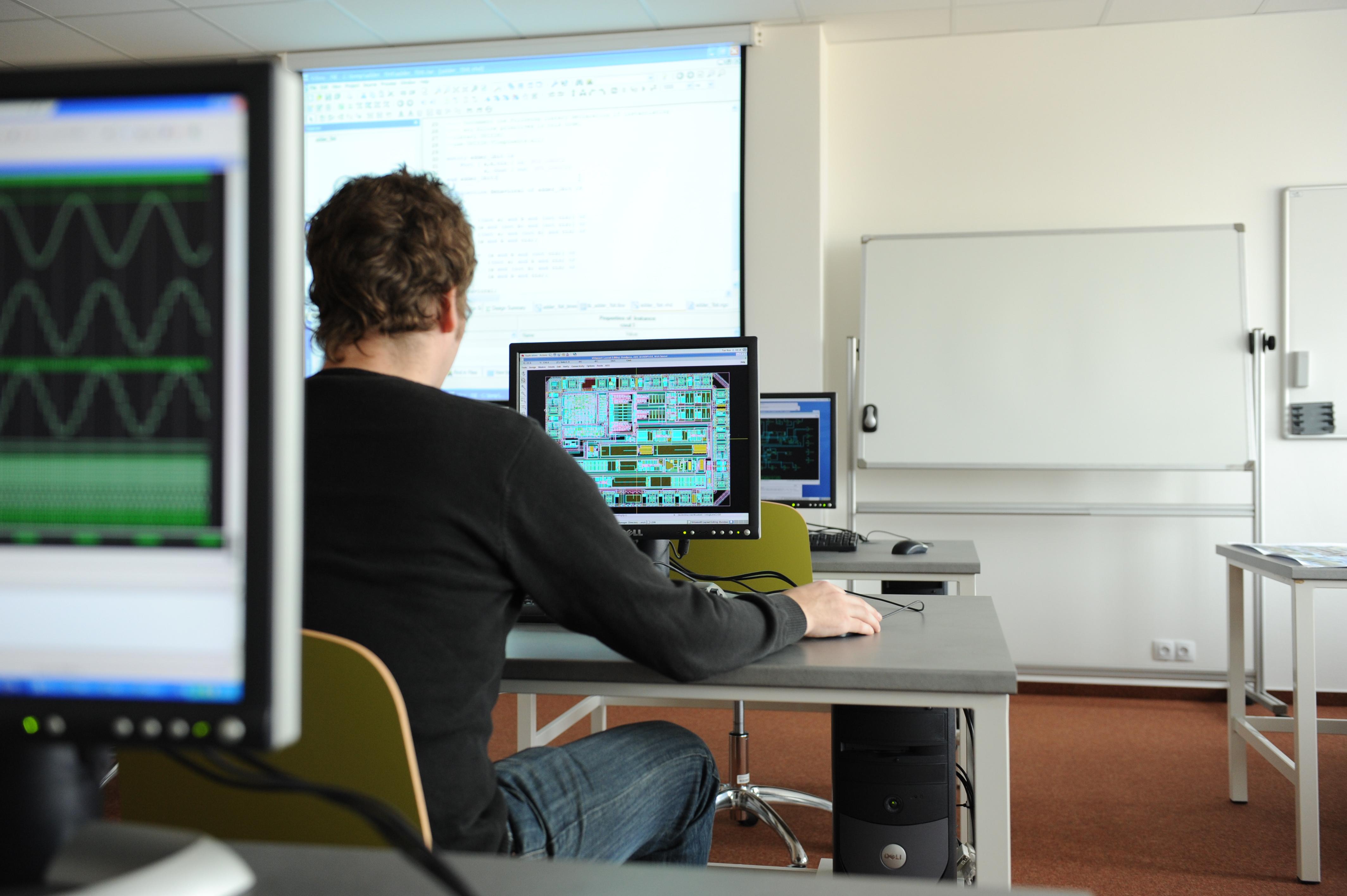 Laboratoř integrovaných obvodů a speciálních elektronických systémů - Návrh zákaznických integrovaných obvodů probíhá v software Cadence