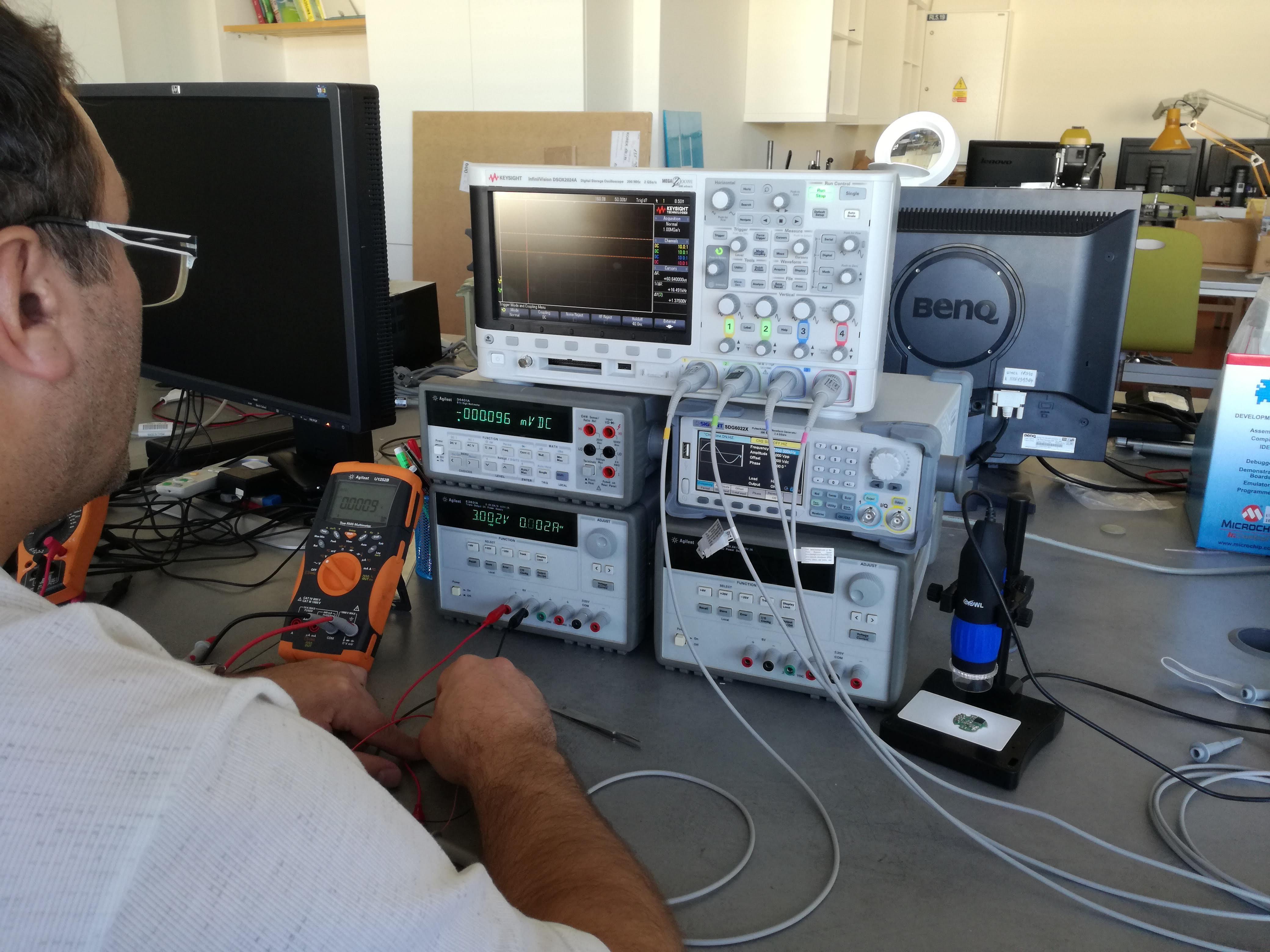 Laboratoř vestavěných systémů a programování mikropočítačů a mikrokontrolérů - Měřicí pracoviště sloužící pro oživování a testování vyvíjených systémů
