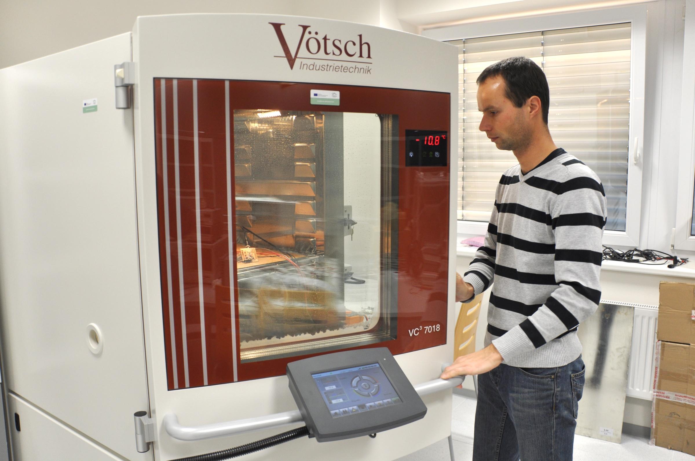 Development and Testing of Electronic Circuits, Elements and Prototypes - Zkušební komora pro zjišťování vlastností zařízení v různých klimatických podmínkách