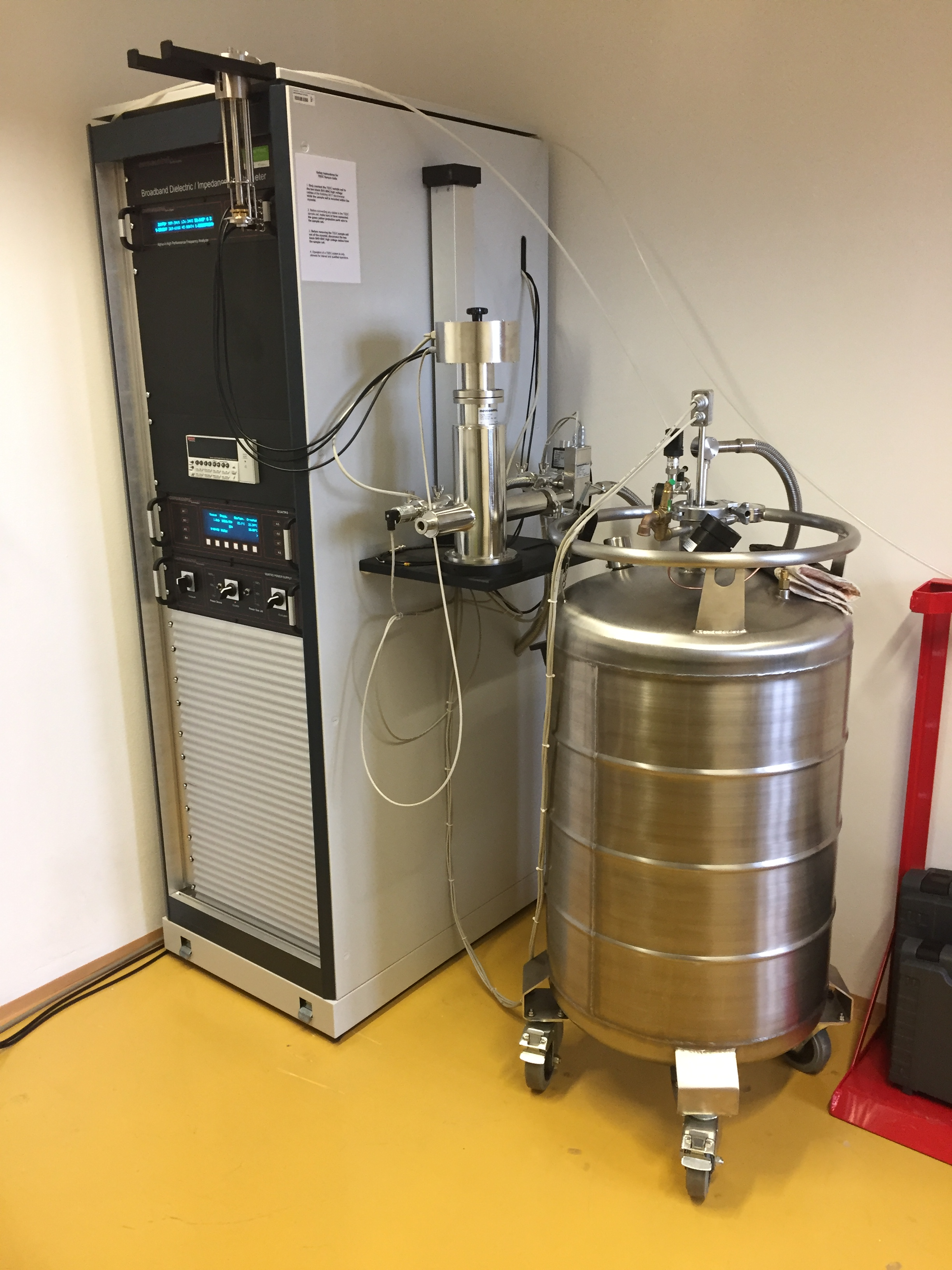 Materiály pro elektrotechniku - vodiče a dielektrika - Impedanční analyzátor s kryostatem