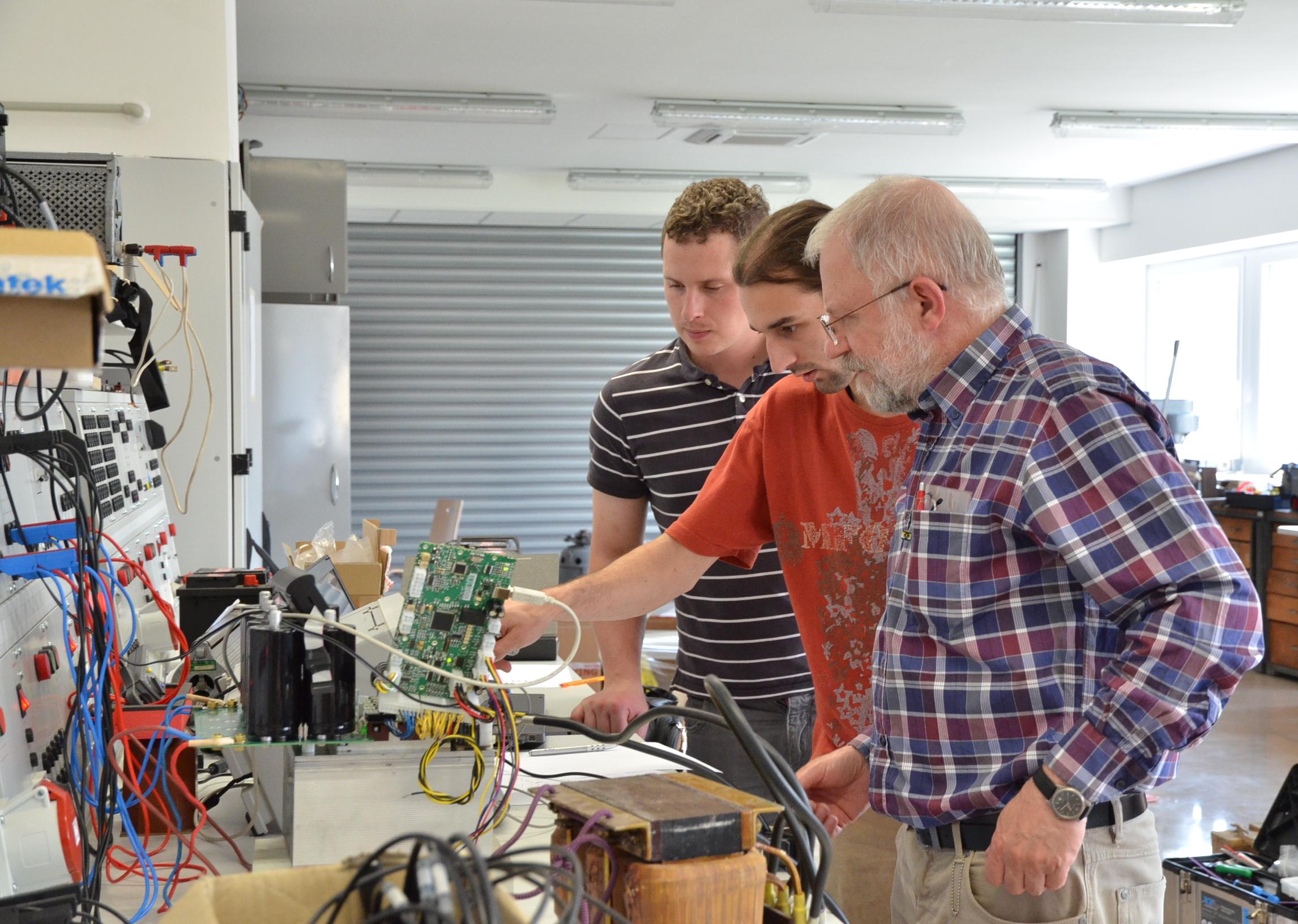 Laboratoř speciální výkonové elektroniky - Oživování funkčního vzorku měniče pro třífázový synchronní motor